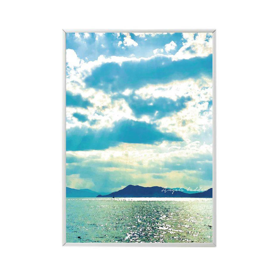 フレームに入れた穏やかな海に降り注ぐ光が美しいお部屋に飾るポスター