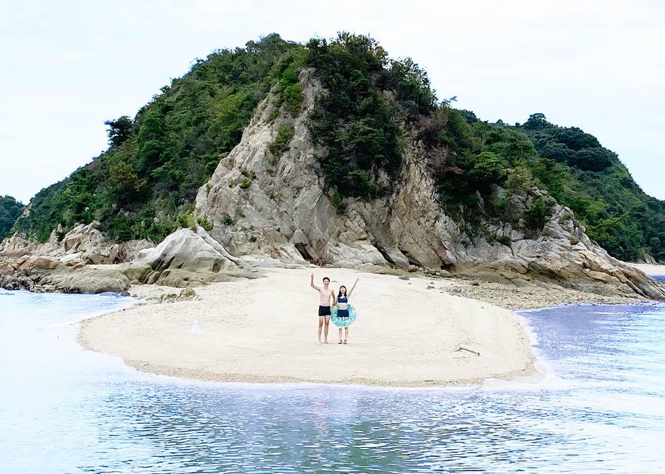 瀬戸内海に浮かぶ船でしか行けない小さな島の砂浜をお散歩