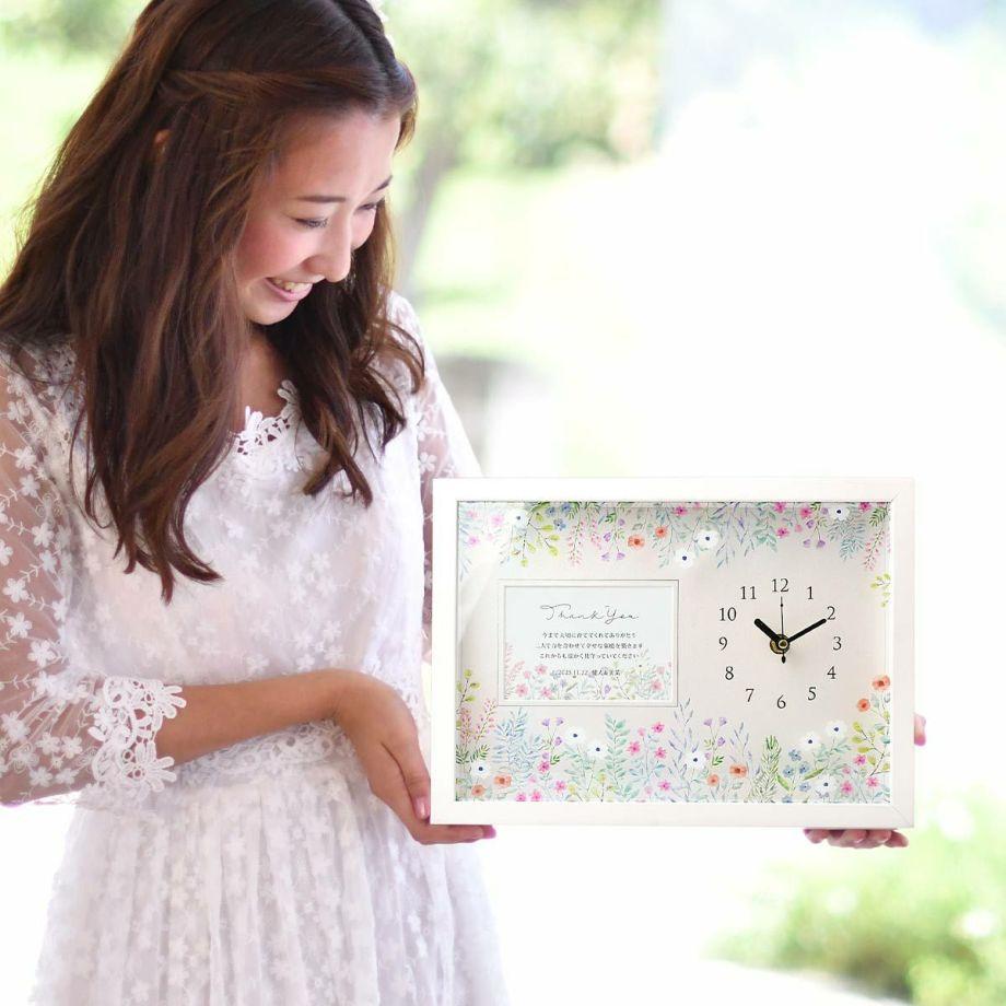 結婚式の両親贈呈品を持っている花嫁